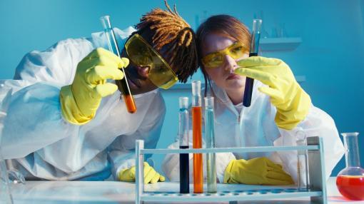 Deux chercheurs manipulent des molécules