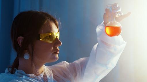 Un chercheur vérifie la concentration en molécule