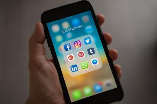 Naviguer sur les réseaux sociaux empêche de s'endormir