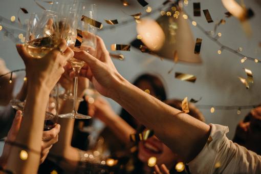 Foule qui célèbre une tradition en levant leur coupe de champagne