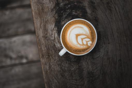 Tasse de café sur posé sur bois massif