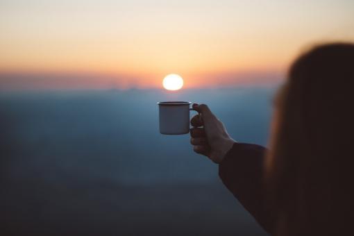 Impression que le soleil va rentrer dans la tasse de café