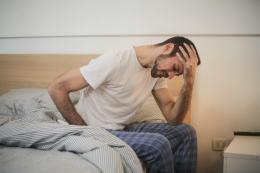 Homme qui se réveille fatigué