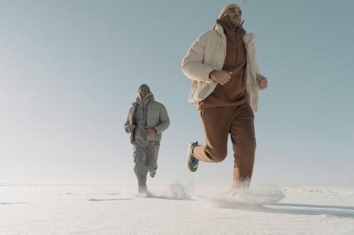 2 hommes qui courent dans un rêve