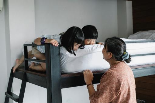 Famille sur un lit superposé