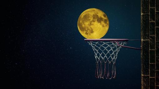 Lune qui rentre dans un panier de basket