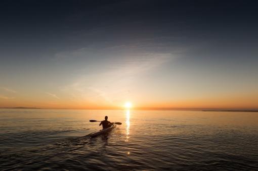 Faire du kayak en soirée avec le soleil qui se couche