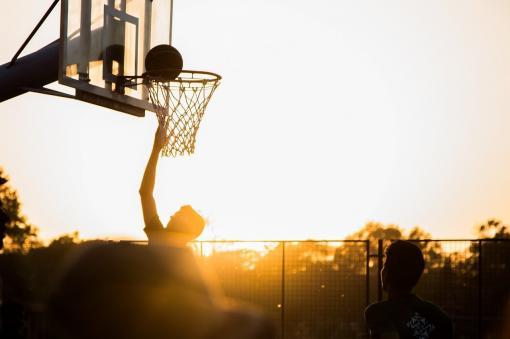 Faire du basket quand le soleil se couche
