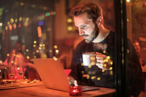 Personne qui travaille sur son ordinateur la nuit