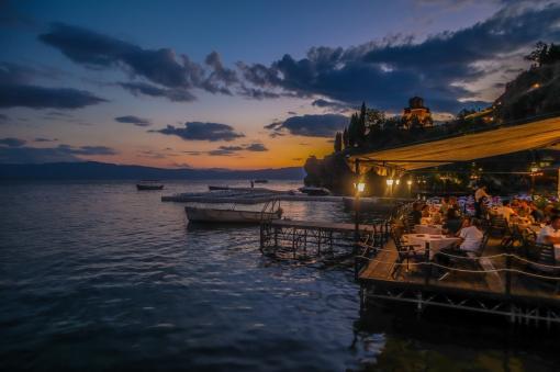 Repas dans un restaurant au bord de l'eau le soir