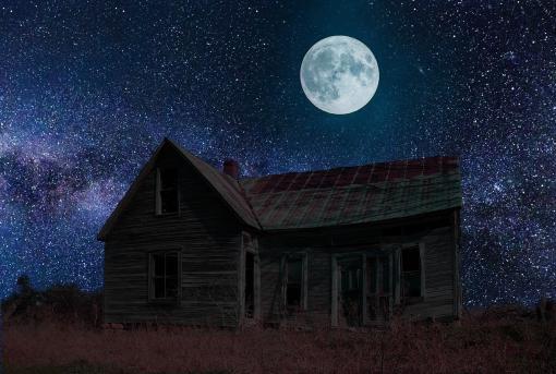 Maison sous une nuit étoilé et la pleine lune