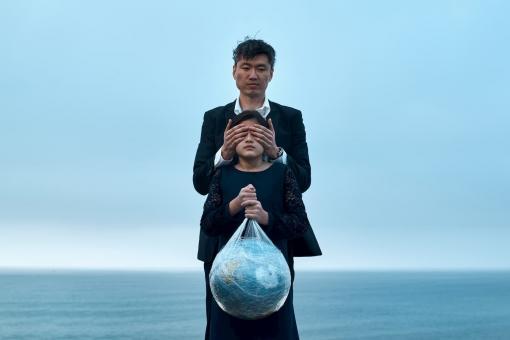 Homme qui cache les yeux de son enfant et qui nuit à la planète
