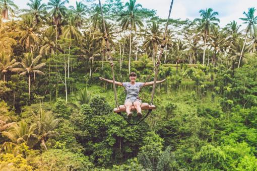 Femme en pleine forme qui se balance au milieu de la jungle