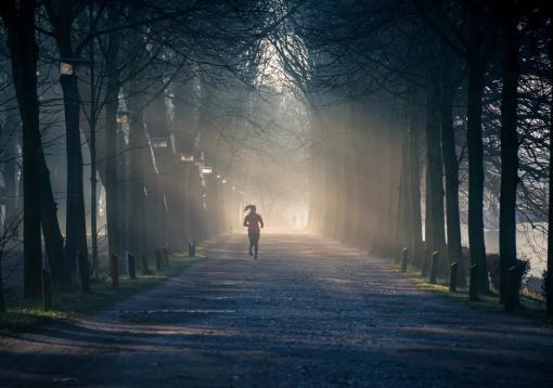 Femme qui court sur une route brumeuse