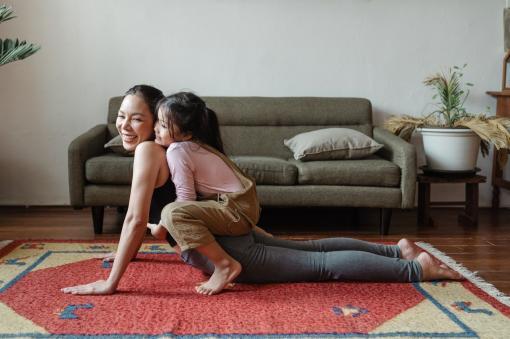 Une mère et sa fille qui s'amusent en faisant de la musculation