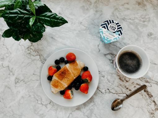 Petit-déjeuner composé d'un croisant et d'un café