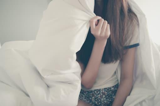 Femme réveillée dans son lit.