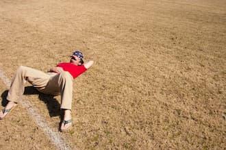 Dormir tranquillement dans un champs