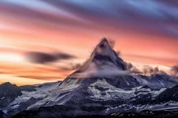 Jolies montagnes dans les nuages