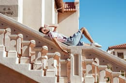Homme qui se repose sur des escaliers au soleil